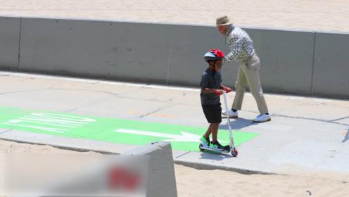 老人对着墙翻跟头,小孩子却根本不看他,这下尴尬了吧!