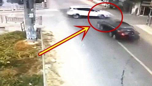 车速得有多快,导致受害车被撞连房屋也被撞塌陷,监控拍下全过程