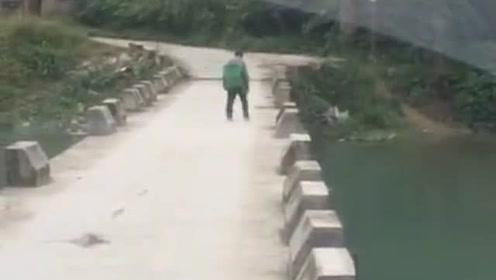 等他先过,一会掉河里面了拉他起来