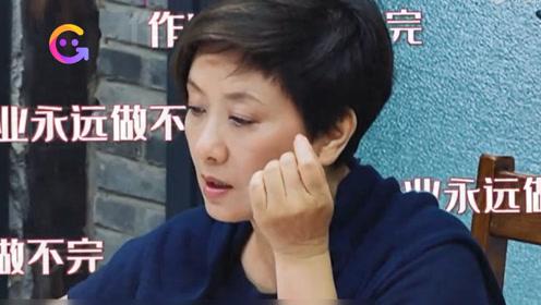 62岁邓婕学英语抱怨作业太多做不完,作弊抄答案很真实