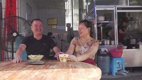 4点钟的福建永安,阿歪粿条店老板娘吕美华与丈夫早起准备早餐