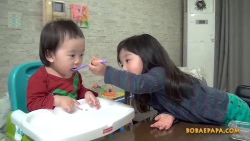 妈妈让姐姐喂妹妹,姐姐:你一小口,我一大口,你小就少吃点吧