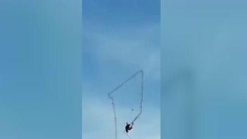 实拍三男子拆卸天线时出错 连人带天线一起从高空坠落