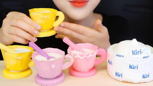 精致杯子专为慵懒吃货打造,拿着竟能直接吃,小姐姐满脸幸福!