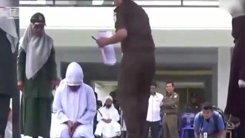 自己推进的法律自己犯 印尼男子与人妻通奸被当众鞭刑