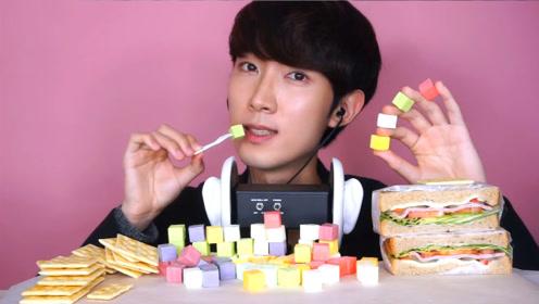小哥挑战彩色软糖加方块汉堡,咬下去瞬间变脸,让人忍不住流口水!