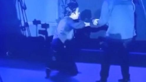 又一舞台事故!薛之谦演唱会现场突然踩空,爬起来继续演唱