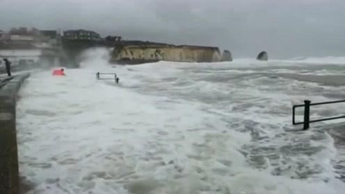惊险!英国一男子与小孩遭巨浪吞噬 险葬身大海
