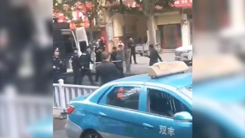 现场!河南一男子手持长刀长剑追砍民警 被连开数枪击伤后身亡