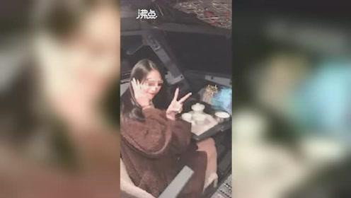 女乘客晒飞机驾驶舱合影 疑似航班飞行途中拍摄 目前微博账号已清空