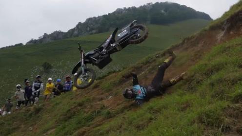 牛人骑越野摩托车挑战高难度陡坡,堪称极限挑战,这场面真是震撼