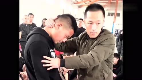 拳王教学泰拳内围技术,扣住对手脖子时,要这样做他才不容易跑!
