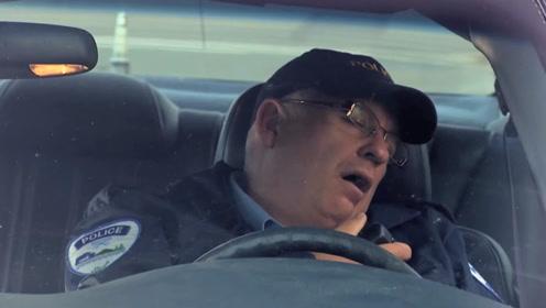 警察检查司机驾驶证时,困意来袭坐在车里睡着了,这是几天没睡觉了