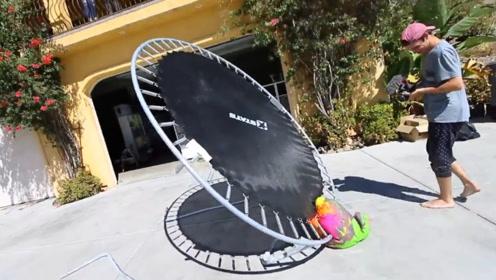 100磅橡皮泥从30英尺高扔向蹦床,结果会怎样?老外前来测试