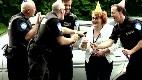 警察大叔路边查车,遇热心同事为他开香槟庆生,路人举杯喝酒被酒驾