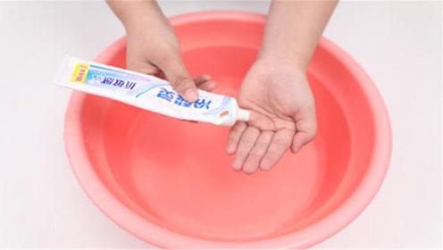牙膏挤入洗脸水中,用途厉害了,爱美女士都需要,实用又省钱