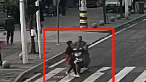 电动车抢黄灯冲过路口 将过斑马线的女子撞飞