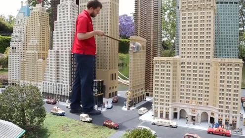 国外大叔痴迷玩乐高,自己打造出一座迷你城市,网友:要拍奥特曼吗