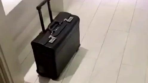 一名空姐的行李箱,打开之后,里面东西是真不少