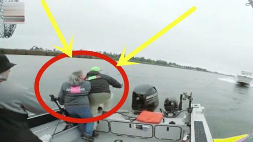 两男子正在船上钓鱼,突然慌忙逃窜,可一切都来不及了!