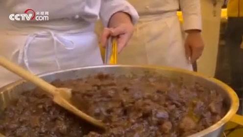 太馋人了!意大利野猪泛滥,农民当街炖肉抗议