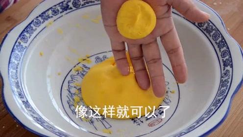 南瓜和土豆做好吃的,将蒸好的南瓜饼和鸡肉土豆一起炖,别有风味!