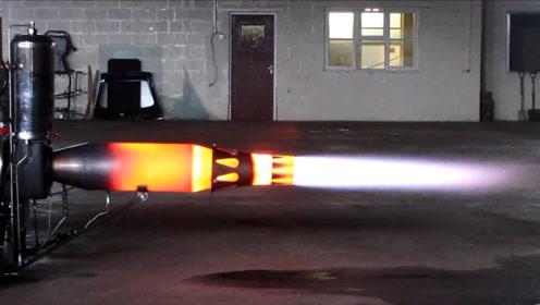 火箭推进器有多猛,老外制作针筒大小的模型,差点把桌子掀了
