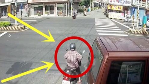 电动车女子路口慢行,下秒突然重摔在地,回放3遍才看清!