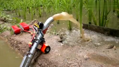 农村小哥发明的小型移动抽水机,动力很强大,两块电池就够了!