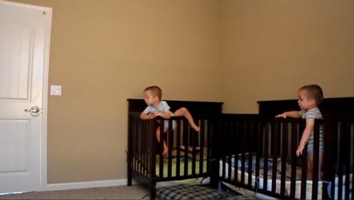 妈妈让双胞胎睡觉,俩娃哭哭啼啼,妈妈一走俩娃立马变脸,乐翻了