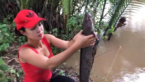 这条塘角鱼真够大,看看农村女孩是怎么钓上岸的
