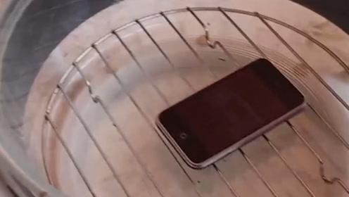 空气炸锅不做吃的,老外把手机放进去,下一秒场面失控了