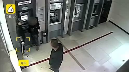 取钱遇持斧抢劫,快递员脱外套罩住女劫匪,一个抱摔将其制服