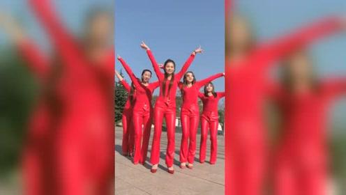五姐妹同款穿搭跳广场舞,看来谁胖谁尴尬了
