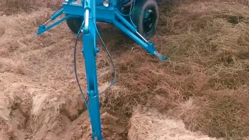 农民自创的挖土机,走到哪就能把土带到哪,网友:吃个饭用这么大勺子吗?