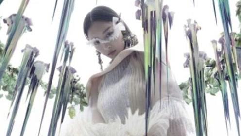 倪妮光怪陆离的全新风格 亮片羽毛眼妆惊艳出镜