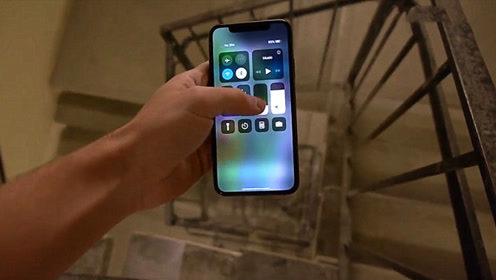 小伙把苹果XS从楼梯上方扔下去,结果会怎样?结果不可思议!