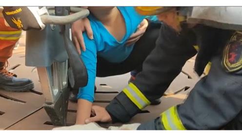贪玩男孩右手被卡广场喷泉缝隙中 获救后被妈妈吐槽:你手胖呀!