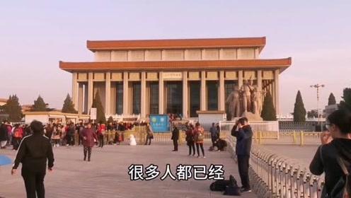 11月12号7点36分毛主席纪念堂南出口,很多游客瞻仰完遗容出来了
