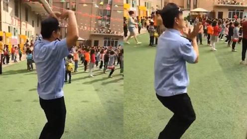 心里住着天使:幼儿园保安跟着小朋友偷偷跳舞,动作标准萌翻网友