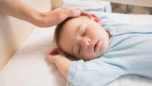 """""""睡扁头""""好不好?引发新老一辈分歧,儿科医生是这样说的!"""