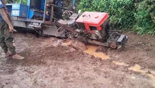 拖拉机被困淤泥,司机很无奈,用绞盘依旧无法脱困,咋办?