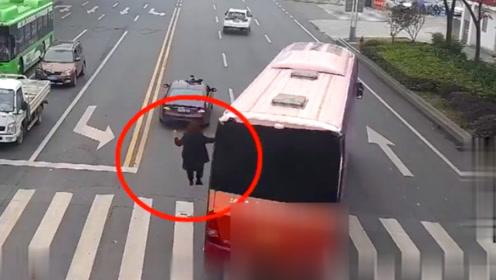 """为工作太拼了!监拍:四川男子为宣传新楼盘 将身体""""悬""""在车外"""