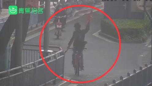 男子大街倒骑自行车舞刀弄枪 称要破吉尼斯纪录