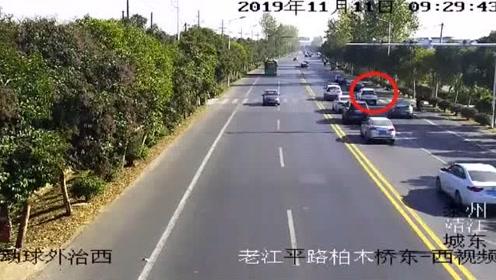 司机昏迷私家车失控,危急时刻一辆警车霸气逼停!
