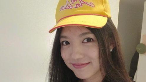 张梓琳甜美微笑状态超好 戴胖妹小黄帽可爱又减龄