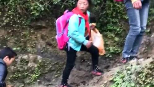 山区里的孩子,上学真的要翻山越岭!