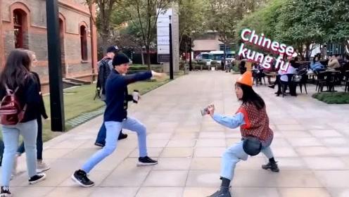 留学生小姐姐偶遇外国小伙,爱好武术的他俩找到共同话题了