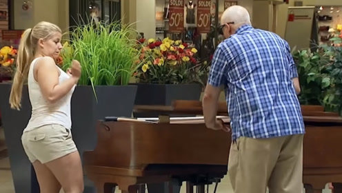 好心帮满却被整蛊!只要按下琴键琴盖就会突然落下,狠狠的砸在盲人手上
