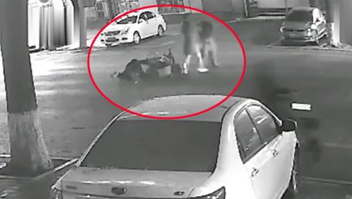 什么仇什么怨?河北一男子挥砍对方数刀后又骑摩托车将其撞飞